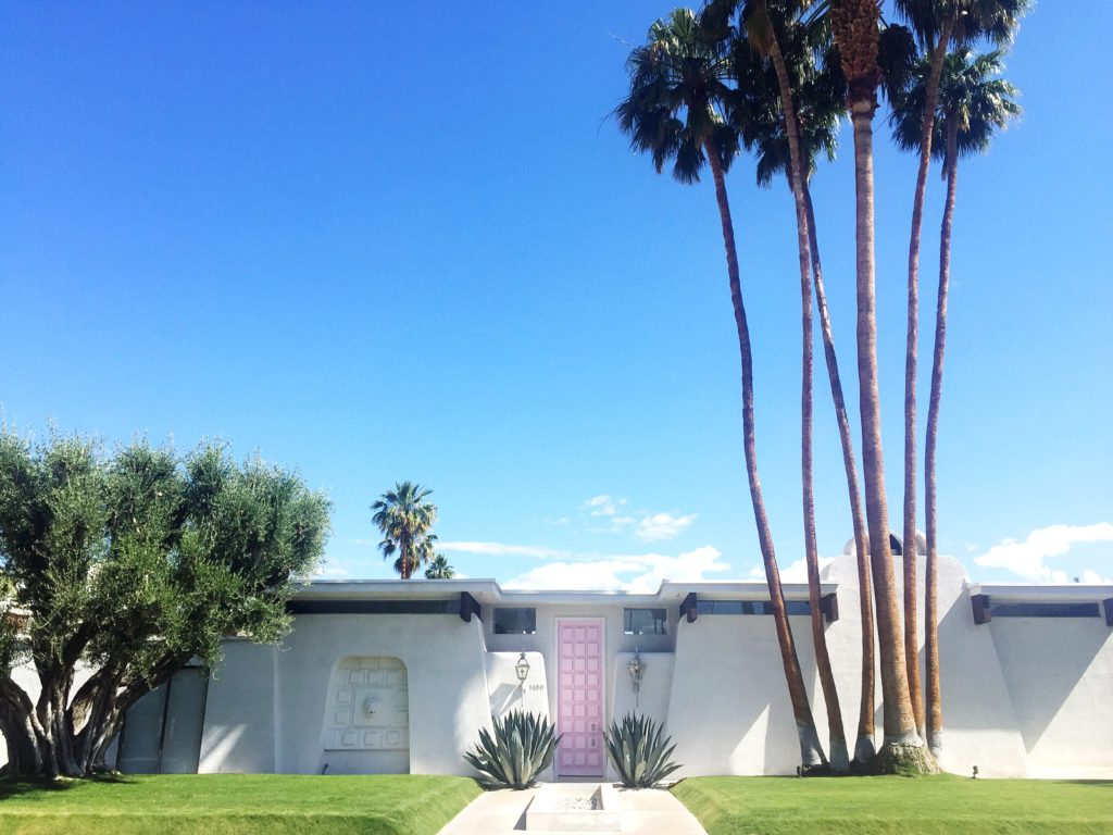 Palm Springs Door Tour || Town Lifestyle + Design || Ever see those pretty doors all the bloggers take photos in front of? I took a recent road trip through Palm Springs and Im sharing a few of my favorites.